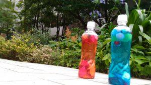 色水とキラキラのボトル