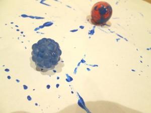 ボールに絵の具を付けて絵を描く